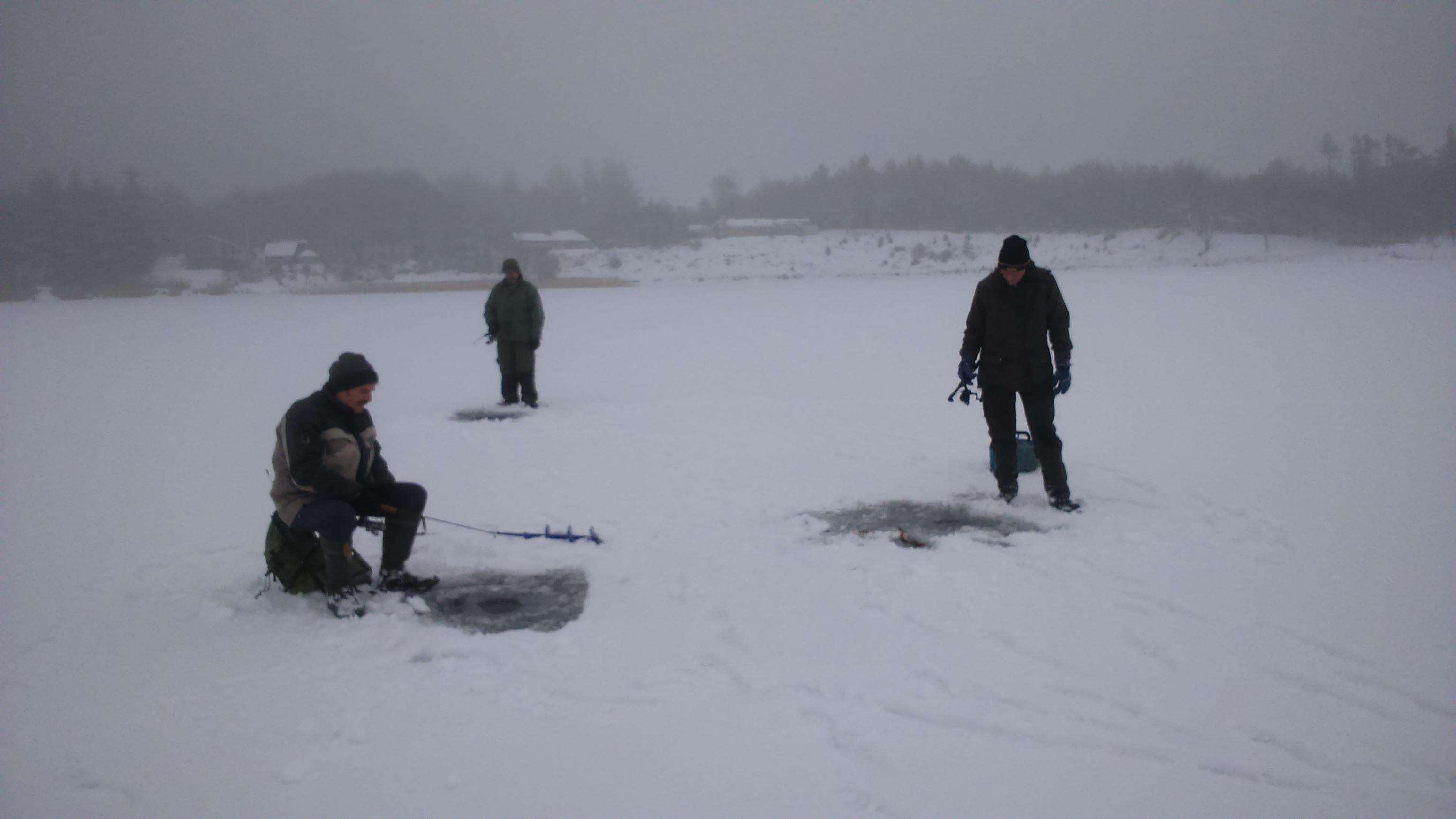 Tre lystfiskere – Torben, Aage og Vagn – viser her dyb koncentration under fiskeriet. Hans – vor is-fiskeekspert -  var fotograf på turen.