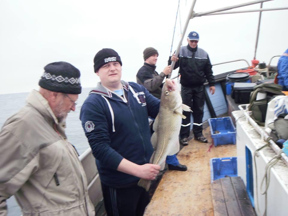 Lars med sin første fangede torsk på turen. Lars blev turens storfanger med i alt 12 pæne torsk !!