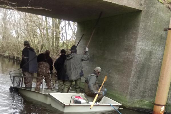 Her sejler flåden med besætning under den gamle bro i Vilsted og fiskeriet er lige straks i mål.